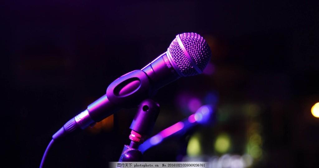麦克风 话筒 扩音器 夜色 紫色 夜店 节日庆祝 摄影 娱乐休闲
