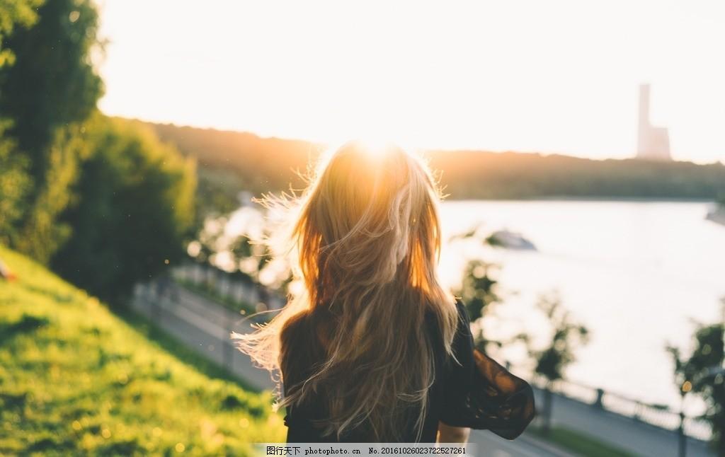 夕阳下女孩的背影