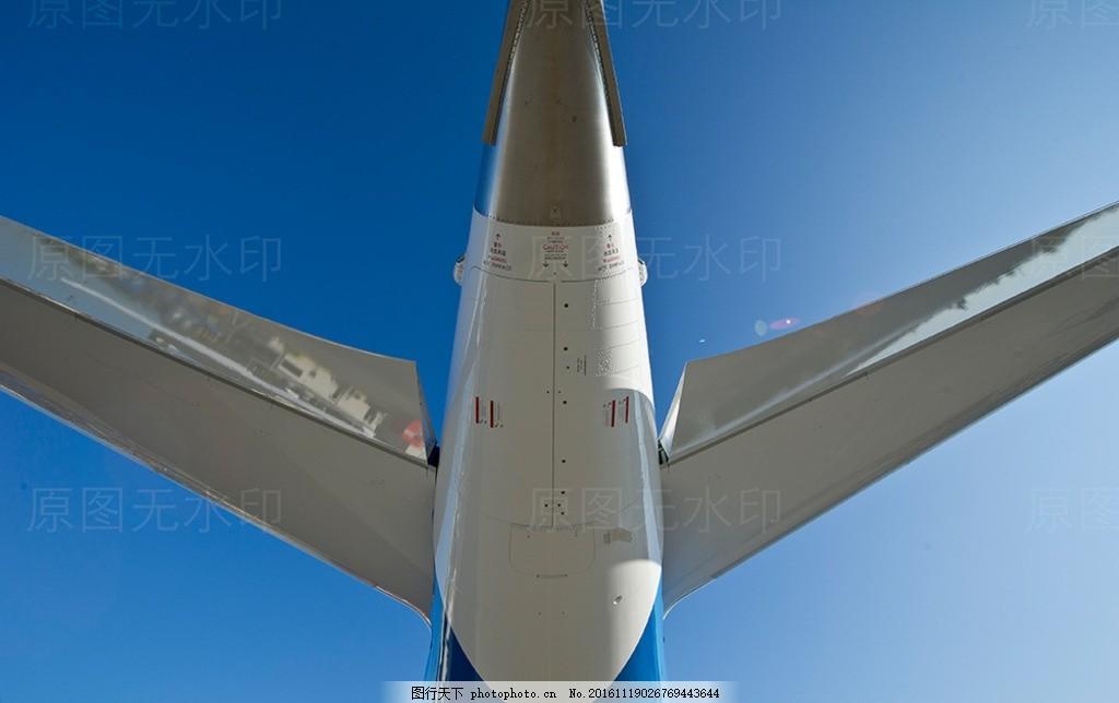 客机飞机航班 机翼翅膀 机尾机身 机场 蓝天白云 白灰简洁阳光 南航