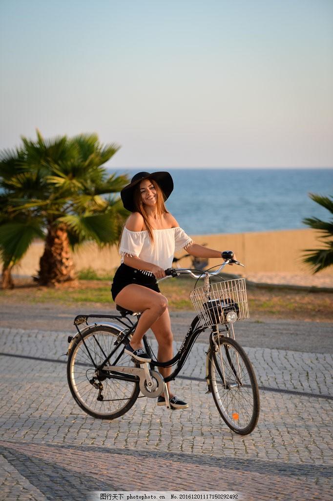 骑自行车的美女图片