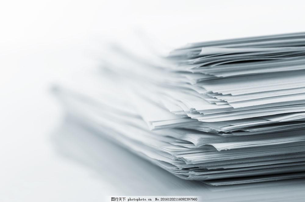 办公桌上堆积如山的文件图片