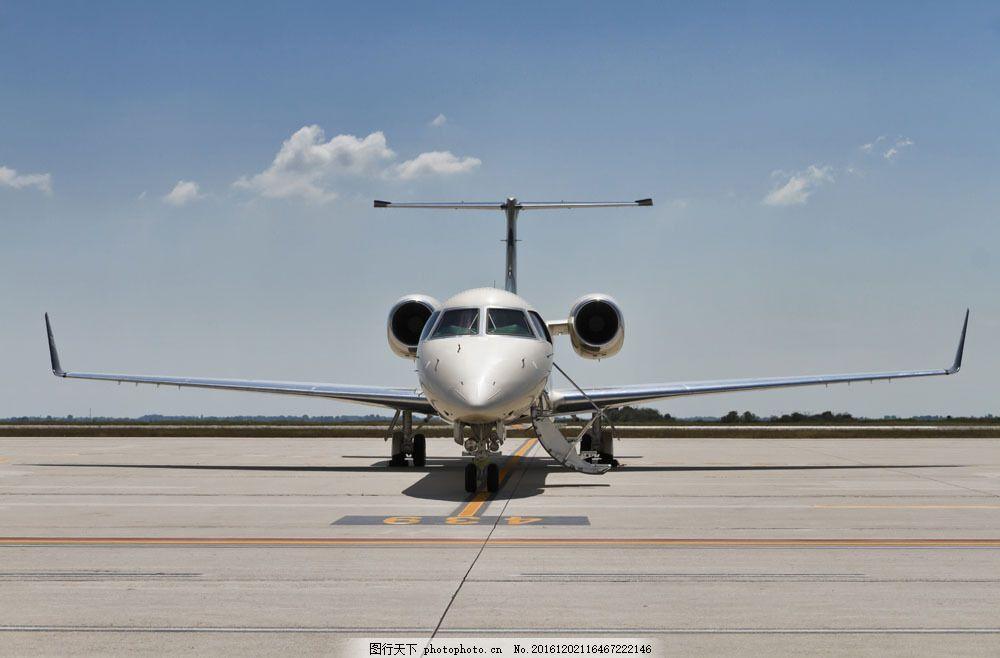 蓝天下的飞机 蓝天下的飞机图片素材 白云 机场 客机 航空 现代科技