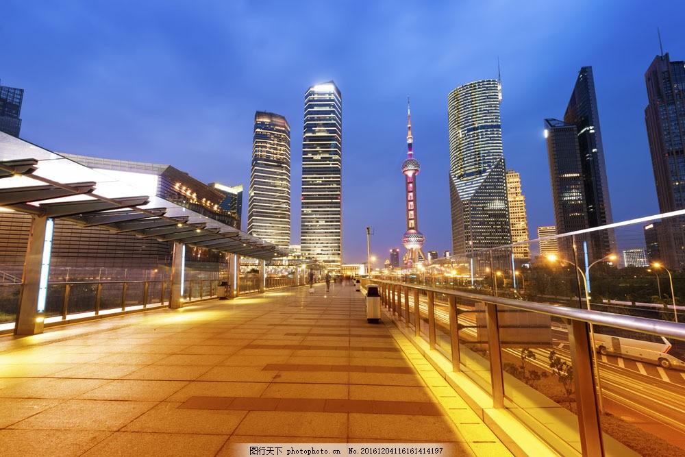 天桥高楼大厦城市夜景图片