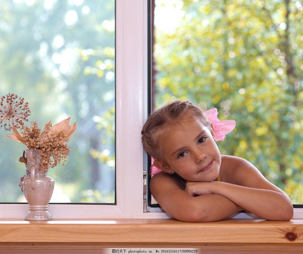 趴在窗台上的女孩图片