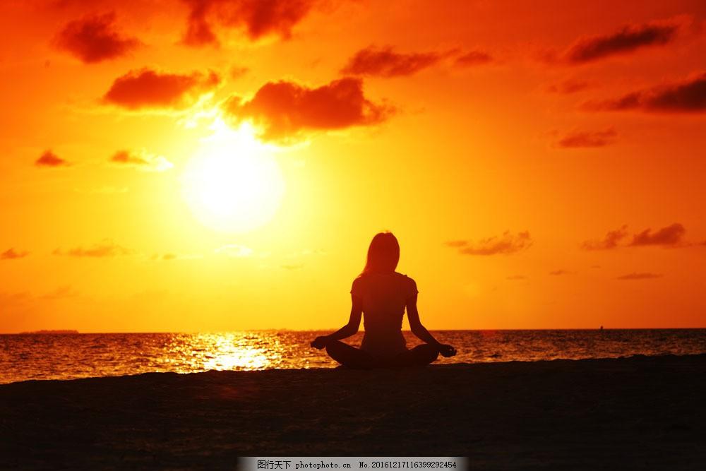 海边打坐的美女背影 海边打坐的美女背影图片素材 瑜伽 落日 黄昏