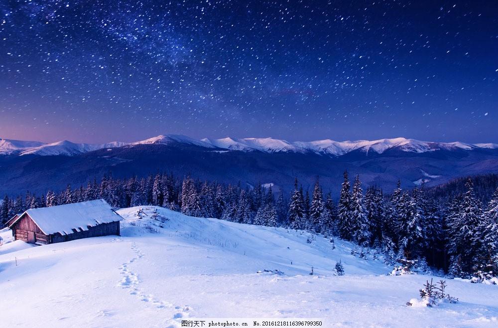 星空下的雪地小屋图片