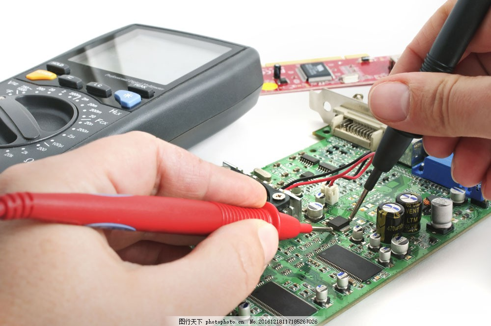 焊电路板图的手图片素材 工具 手 电焊 电线 电脑 维修 电路板 修理
