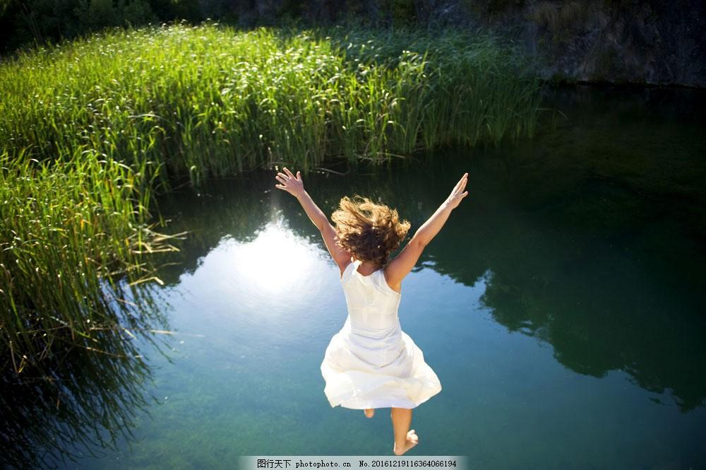 跳水的女孩图片素材 跳水的女孩 水池 湖泊风景 美女 美丽风景 女性