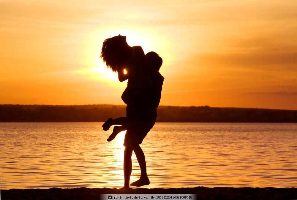 海邊 抱起 女人 男人 情侶 落日 黃昏 人物剪影 山水風景 風景圖片