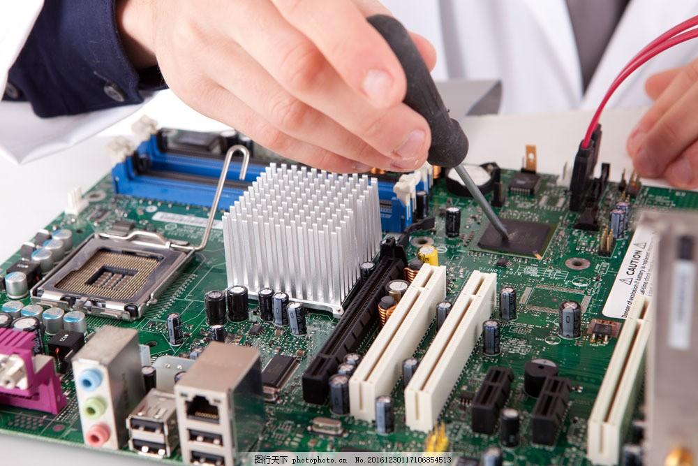 正在修理电脑的人 正在修理电脑的人图片素材 人物 电线 维修 电路板